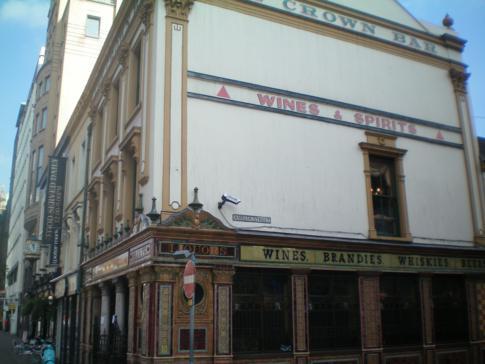 Die Crown Bar in Belfast, direkt gegenüber dem Hotel Europa