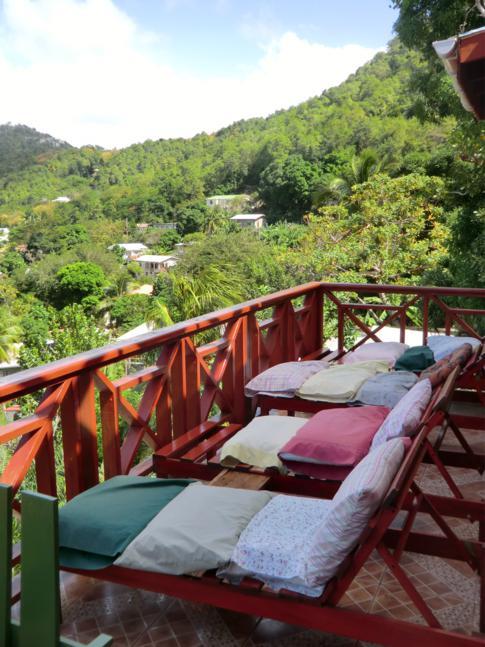 Tagesliegen mit fantastischem Blick auf die Lower Bay im Sweet Retreat Hotel in Bequia
