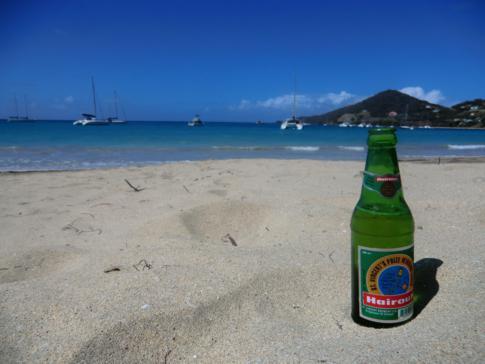 Ein Hairoun-Bier am Strand, das Nationalbier von St. Vincent und die Grenadinen