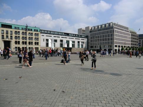 Der Pariser Platz - zwischen Brandenburger Tor und Unter den Linden