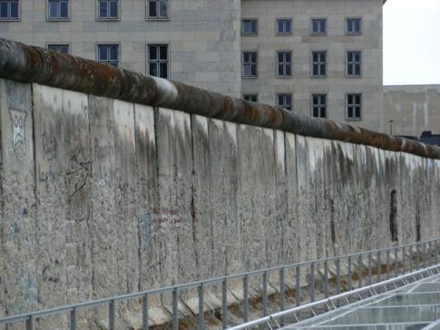 Ein Originalstück der Berliner Mauer in der Niederkirchnerstr