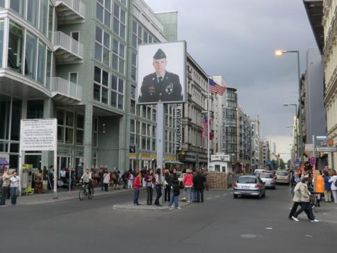 Der berühmte Checkpoint Charlie in Berlin