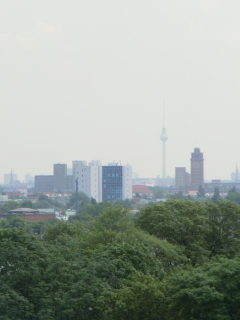 Ausblick vom Juliusturm der Zitadelle Spandau bis zum Fernsehturm Berlin
