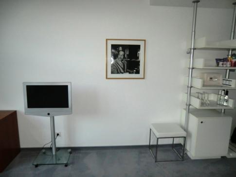 Blick auf den Fernseher und ein Gemälde im Zimmer des Hotel Ellington