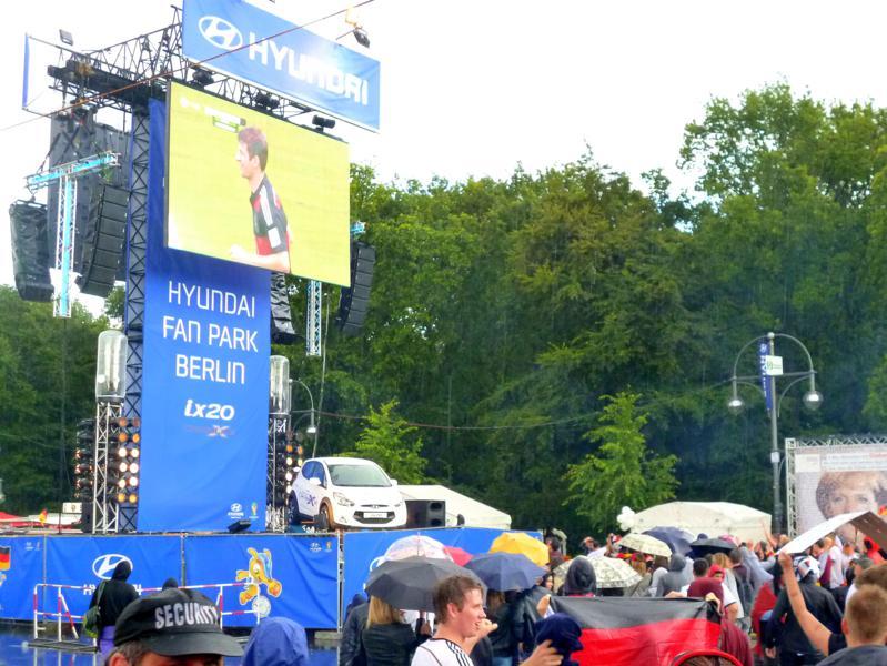 Public Viewing auf der Fanmeile in Berlin zu Deutschland gegen die USA bei der Fußball WM 2014