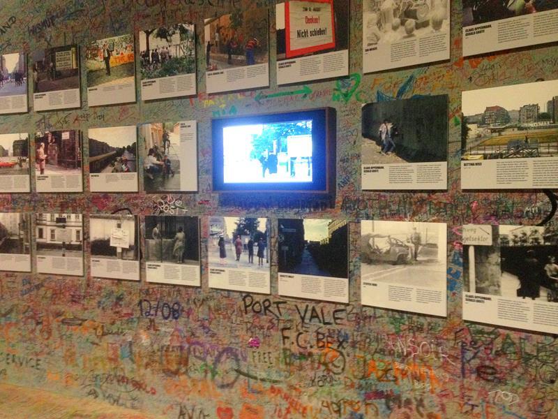 Die Ausstellung von Zeitzeugen zur Berliner Mauer im The Wall Panorama von Yadegar Asisi