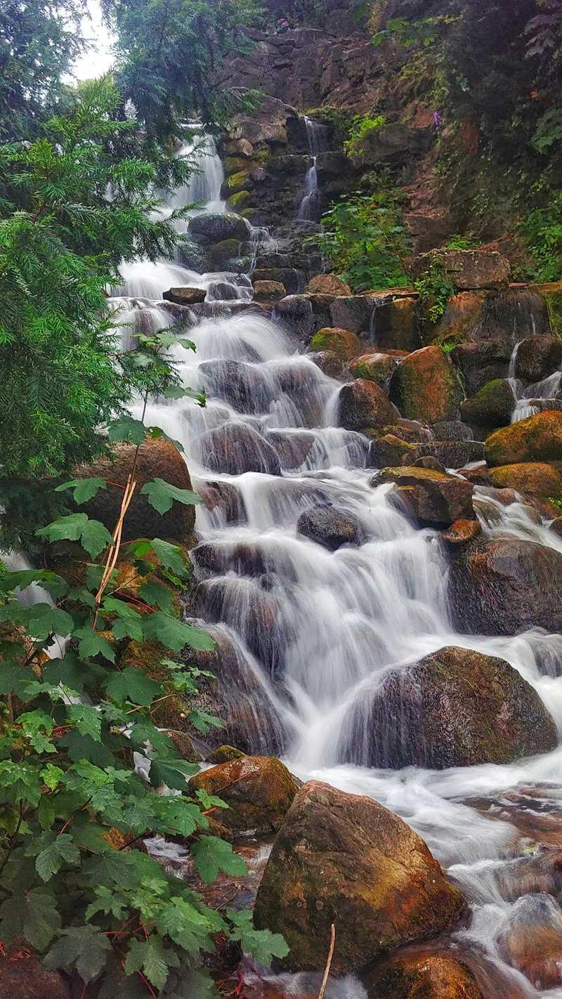 Selbst Wasserfälle hat Berlin, wie hier der Wasserfall im Viktoriapark