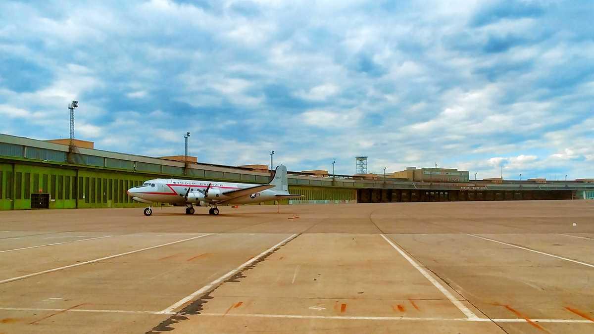 Der ehemalige Flughafen Berlin-Tempelhof, der heute als Tempelhofer Park der Allgemeinheit dient