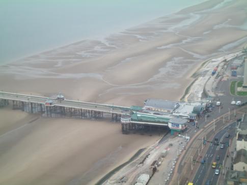 Blick vom Blackpool Tower auf den North Pier und die Golden Mile