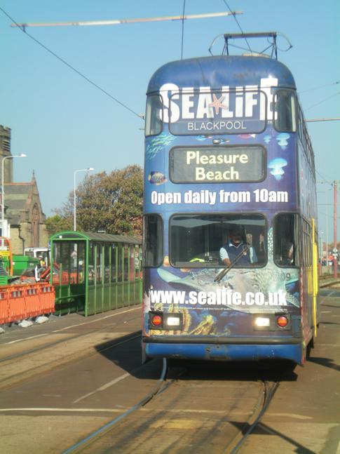 Eine Straßenbahn im Norden von Blackpool