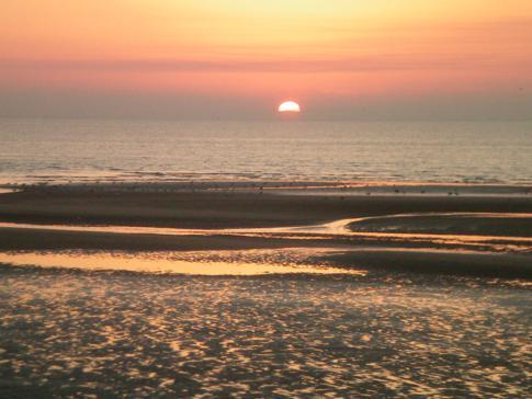 Sonnenuntergang an Englands Westküste, hier direkt an der Golden Mile in Blackpool