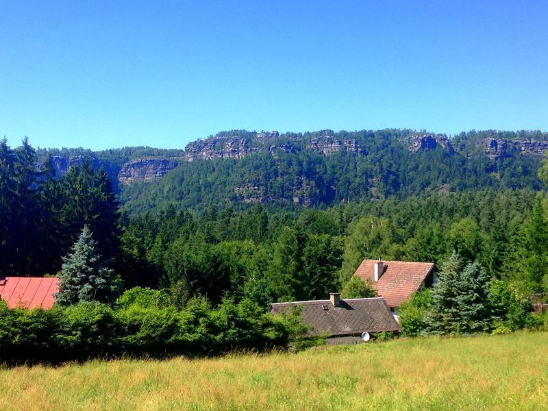 Ausblick vom beschaulichen Mezna auf die Böhmische Schweiz