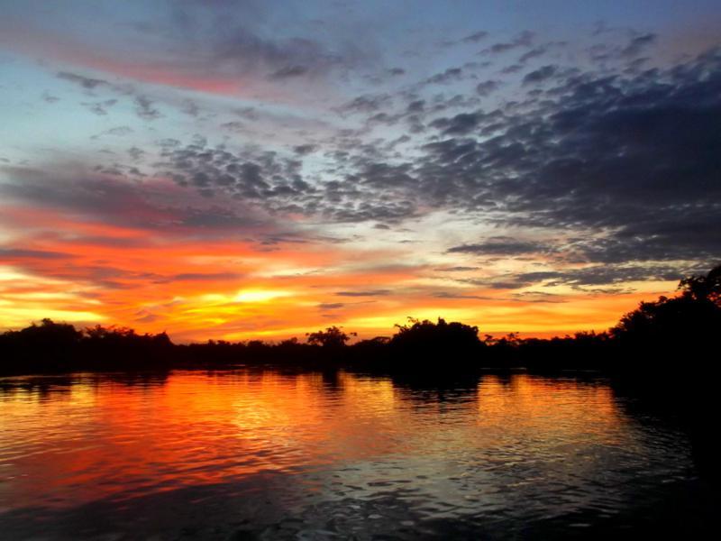 Sonnenuntergang in den Pampas von Bolivien
