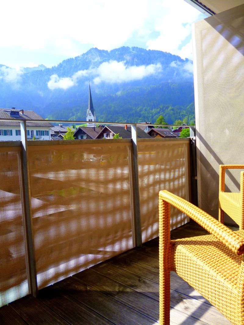 Ausblick vom Balkon auf die Berge des Bregenzerwalds