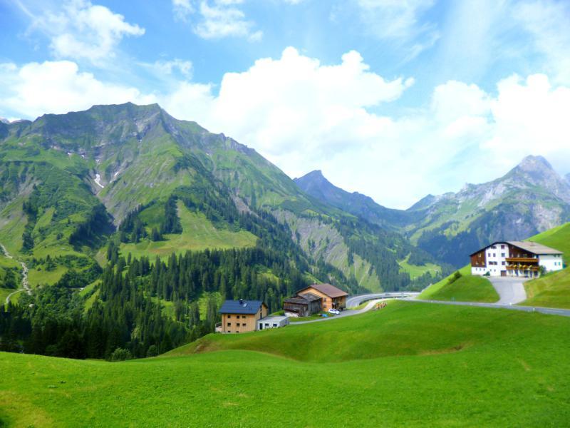 Blick auf die Berge des Bregenzerwald während der Fahrt auf den Hochtannbergpass