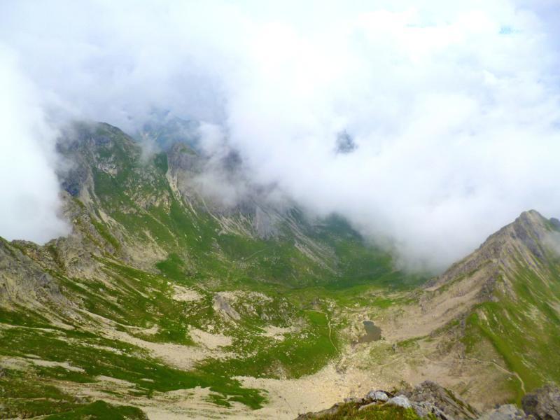 Bewölkte Aussicht vom Geißhorn auf die umliegenden Alpen