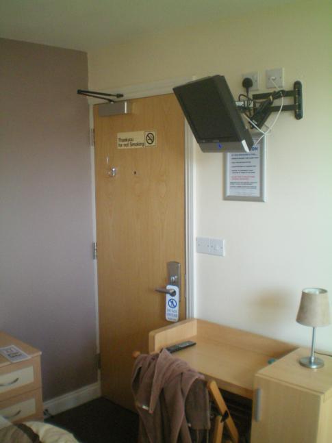 Fernseher und Schreibtisch im Hotel 24seven in Bristol