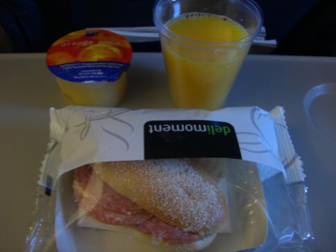 Snack und Getränk auf dem Weg von Stockholm-Arlanda nach London-Heathrow
