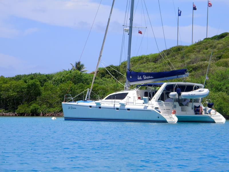 Ein Katamaran bei Jost van Dyke, British Virgin Islands