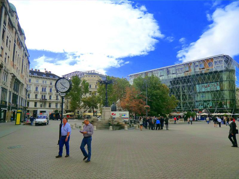 Treffpunkt zur kostenlosen Stadtführung durch Budapest: der Vörösmarty Ter