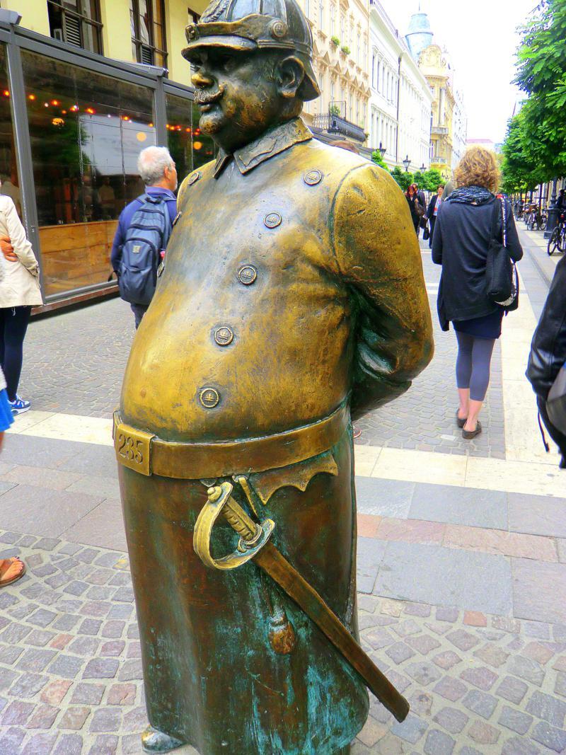 Die Statue des dicken Polizisten in der Zrinyi Utca - Glücksbringersymbol in Budapest