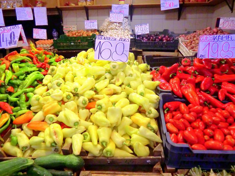 Lecker einkaufen in der Markthalle - Paprika und Salami, typisch Ungarn