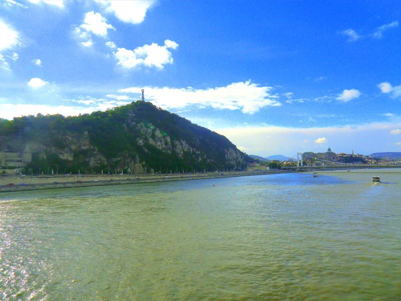 Blick von der Freiheitsbrücke auf den Gellertberg
