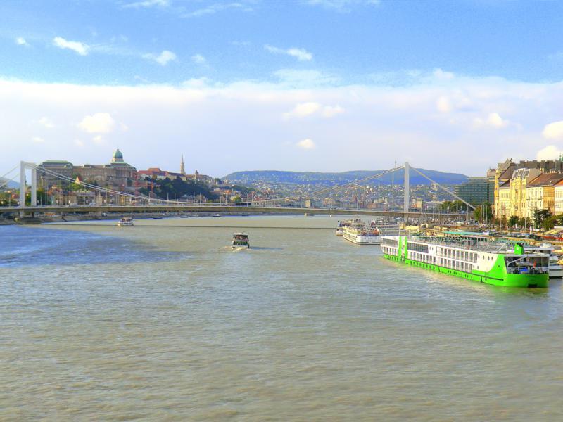 Blick von der Freiheitsbrücke auf die Donau und die Kettenbrücke