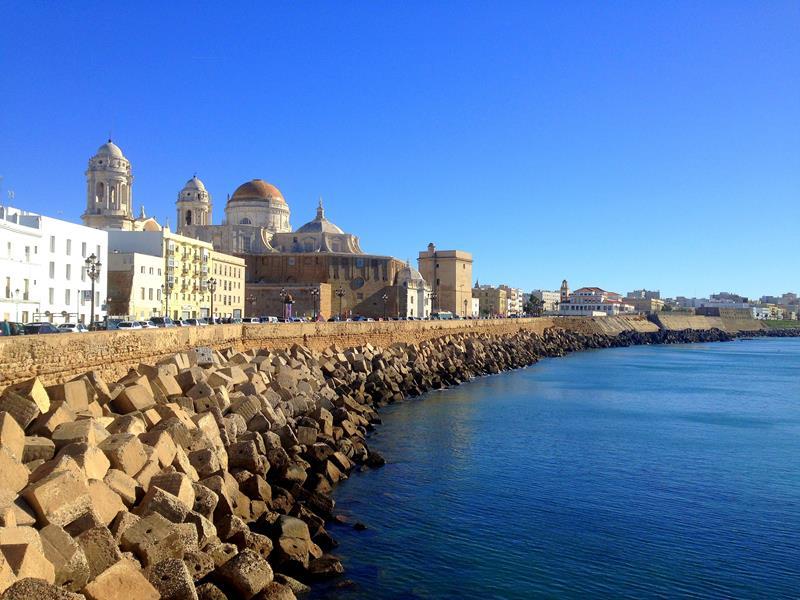 Blick auf die Stadtmauer und Kathedrale von Cadiz