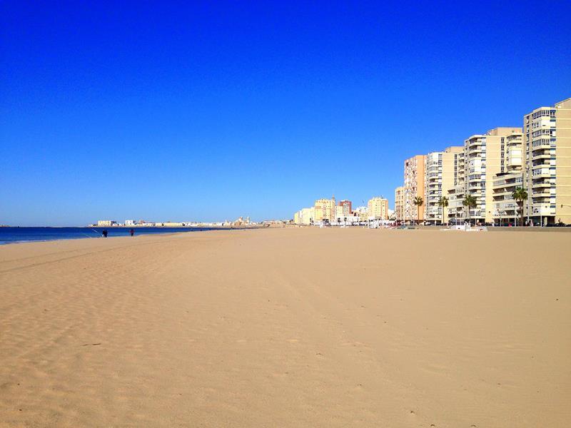 Der traumhafte Stadtstrand, Playa de la Victoria, in Cadiz