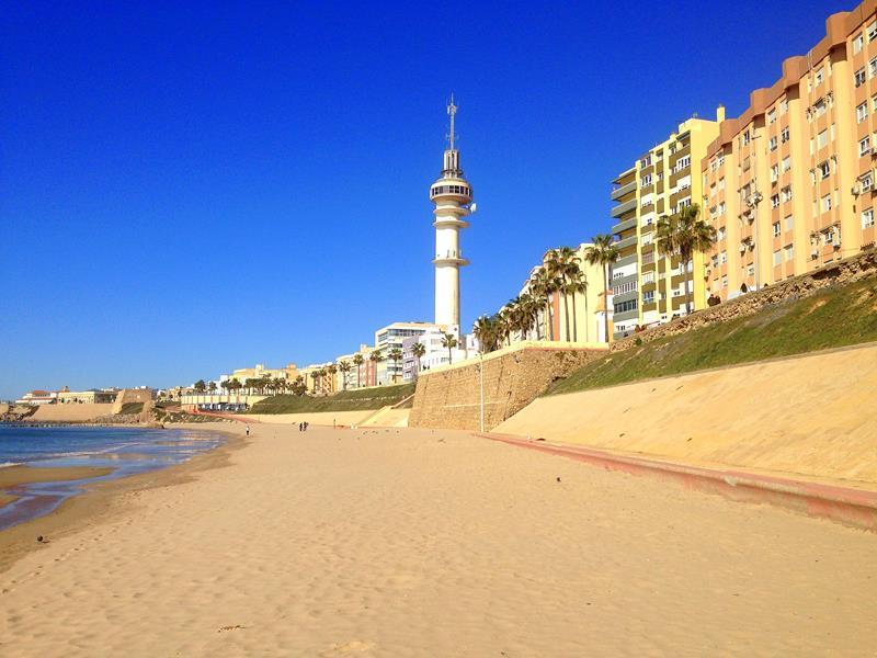 Der Strand Playa de Santa Maria del Mar in Cadiz. Andalusien