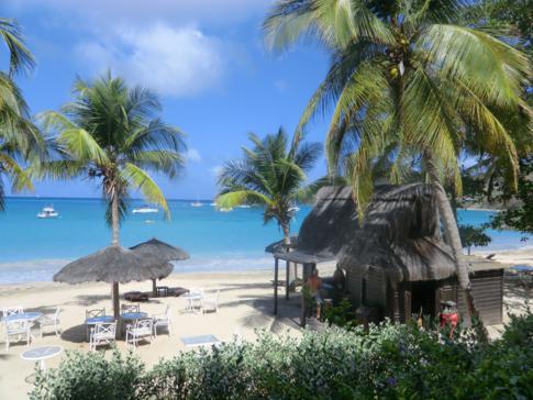 Blick auf die Charlestown Bay vom Tamarind Beach Hotel in Canouan