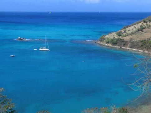 Blick auf die Charles Bay mit türkisblauem Meer in den Grenadinen