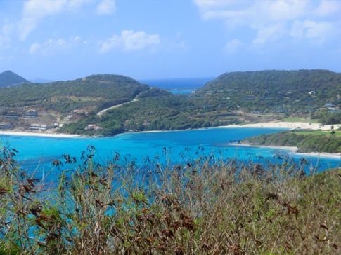 Blick auf eine traumhafte Karibik-Bucht im Canouan Resort