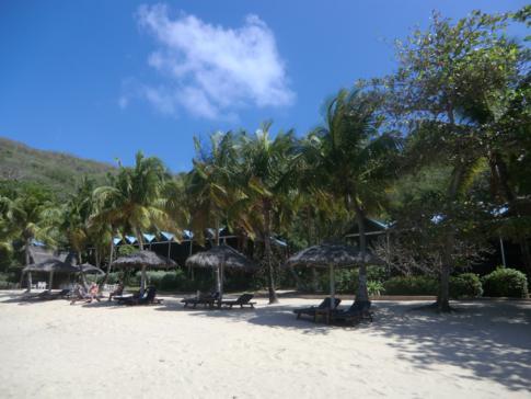 Der Strand des Tamarind Beach Hotels an der Charlestown Bay