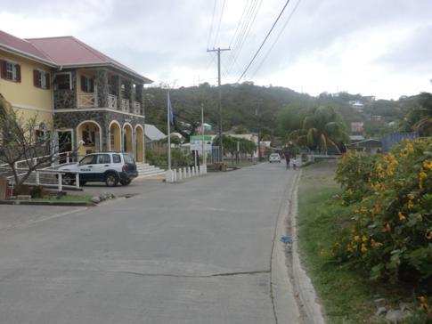 Die Main Road in der kleinen Inselhauptstadt von Canouan