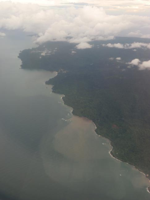 Die Nordküste von Trinidad während des Flugs mit Caribbean Airlines nach Tobago