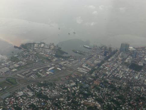 Blick aus der Caribbean Airlines Maschine auf die Innenstadt von Port of Spain