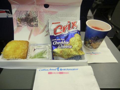 Snack auf dem Flug von Trinidad nach New York mit Caribbean Airlines