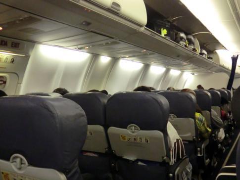Inneneinrichtung einer etwas neueren Boeing 737-800 von Caribbean Airlines auf dem Weg nach New York
