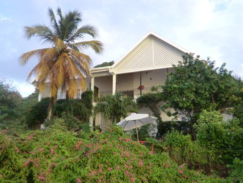 Außenansicht des Green Roof Inn auf Carriacou
