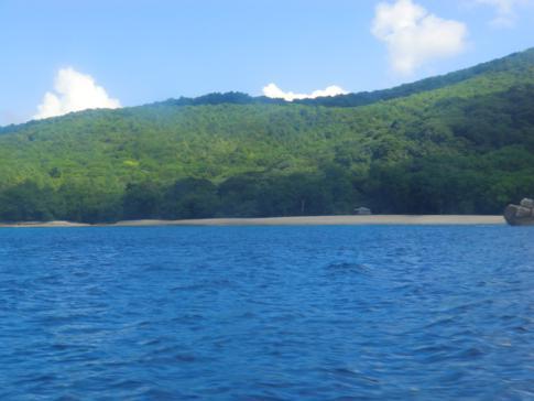 Blick vom Wasser auf den Anse la Roche Beach auf Carriacou
