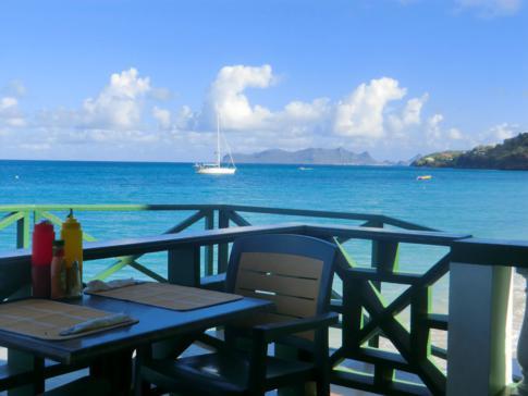 Ausblick vom Seawave Restaurant auf die Hillsborough Bay und Union Island