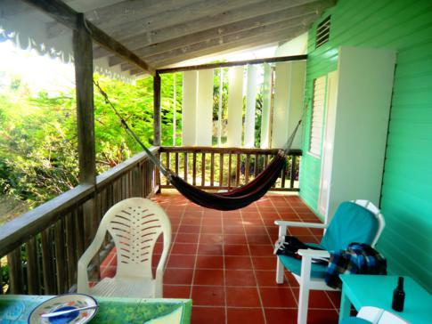 Riesiger Balkon in unserem grünen Cottages in den Bayaleau Point Cottages in Carriacou