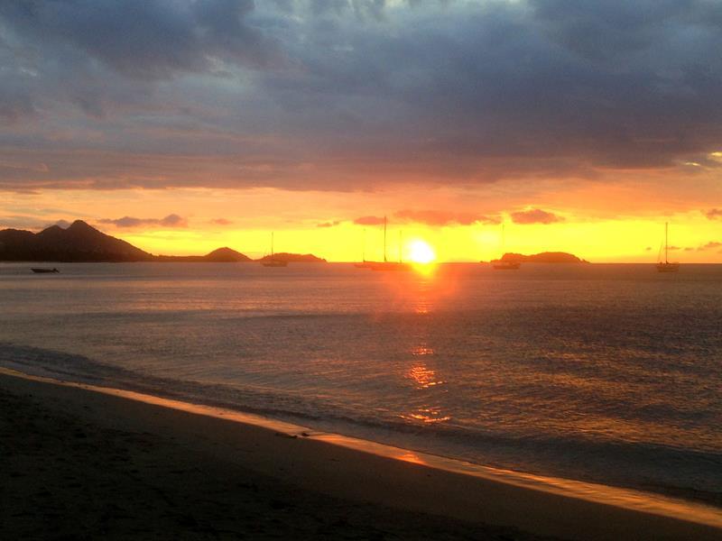 Sonnenuntergang in Hillsborough, dem kleinen Zentrum auf Carriacou