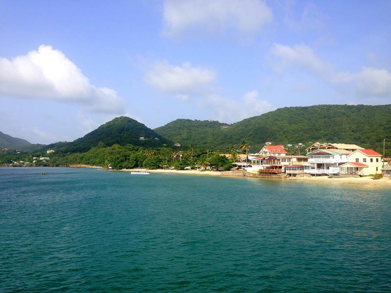 Blick auf Hillsborough, die kleine Stadt auf Carriacou