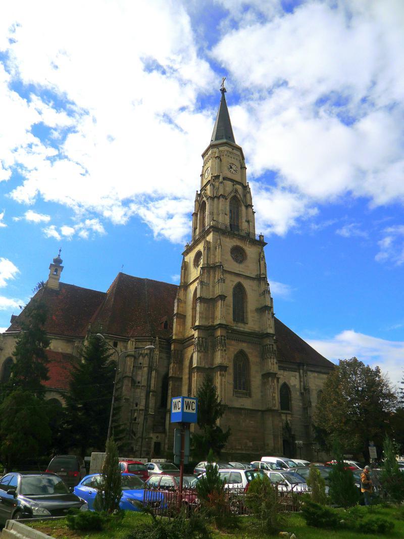 Die sehenswerte Altstadt von Cluj-Napoca, hier die St. Michaelskirche am Platz der Einheit