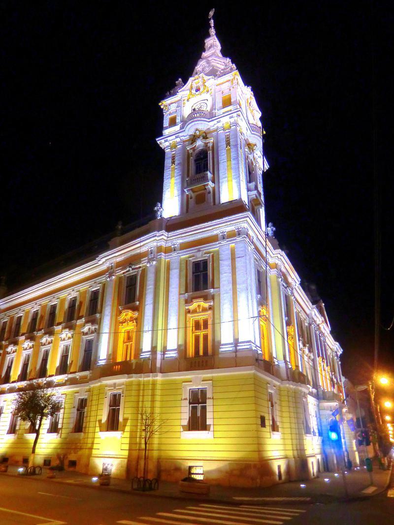 Die sehenswerte Altstadt von Cluj-Napoca bei Nacht