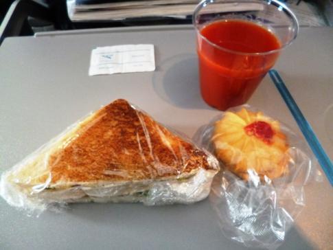 Kleiner Snack auf dem Zwischenhüpfer von San José nach Santo Domingo