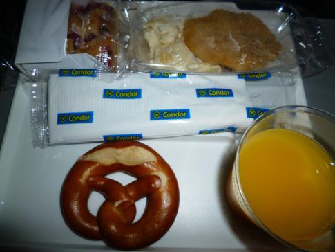 Inakzeptabler Snack bei Condor in der Economy Class vor der Landung in Tobago
